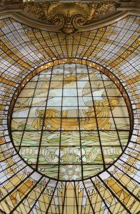 Verrière de l'ancien grand magasin city of paris, avec la devise de paris fluctuat nec mergitur (il est battu par les flots, mais ne sombre pas)