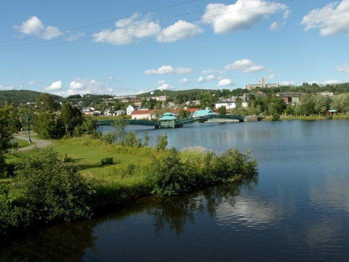 La rivière madawaska et le pont piétonnier bernard valcour à edmundston (photo j-m. Agator)