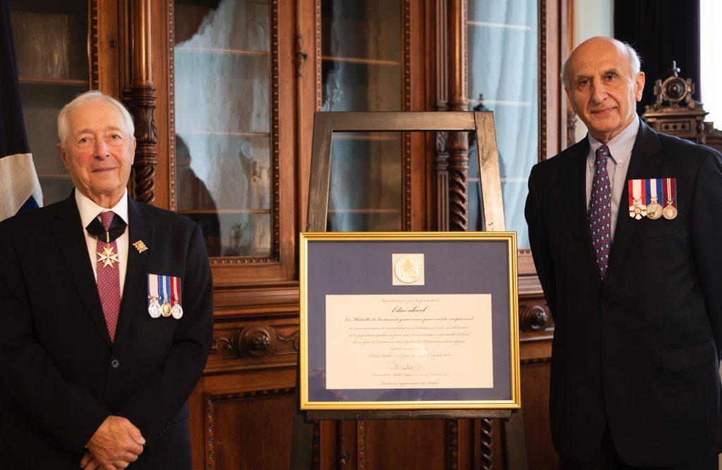 Le lieutenant-gouverneur du québec j-michel doyon remet la médaille à hubert sacy, directeur général d'educ'alcool #modération alcool